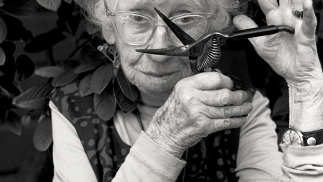 Imogen Cunningham colocó ante sus ojos unas tijeras de podar cuando fue retratada por Frajndlich