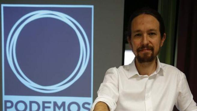 El cabeza de lista de Podemos, Pablo Iglesias, posa con los avales que permiten a la formación presentarse a los comicios al Parlamento Europeo.