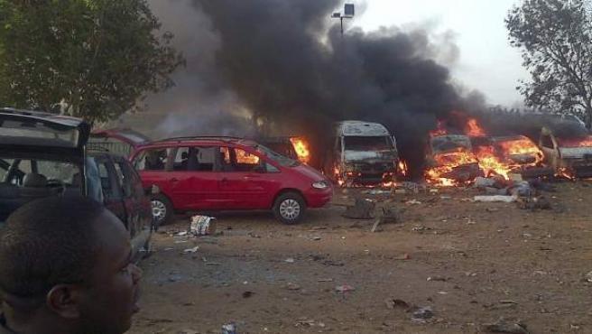 Varios vehículos arden tras una explosión en Abuya (Nigeria).