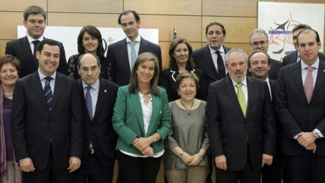 La ministra de Sanidad, Ana Mato (c), posa para la foto de familia del pleno del Consejo Interterritorial del Sistema Nacional de Salud