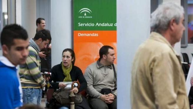 Desempleados sevillanos esperan su turno en una oficina del Servicio Andaluz de Empleo.