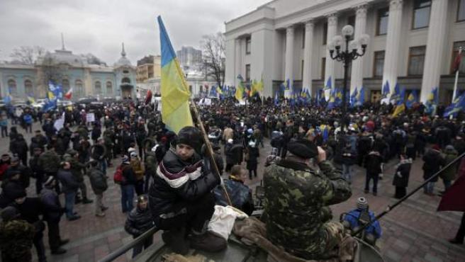 Varios manifestantes se congregan a las puertas del Parlamento ucraniano en Kiev (Ucrania).