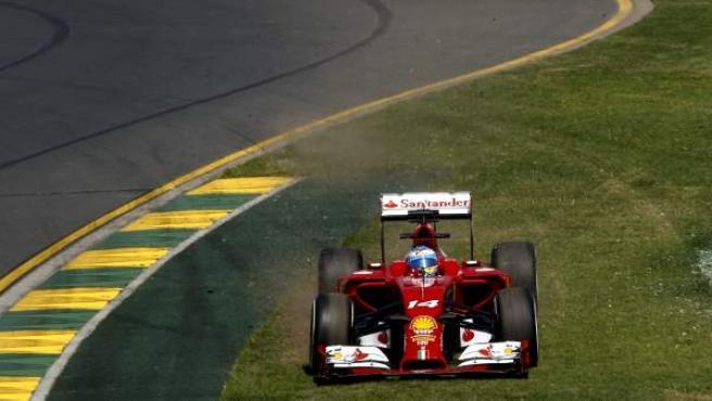 El piloto español Fernando Alonso, de Ferrari, se sale del trazado mientras participa en la primera sesión de entrenamientos libres en el circuito Albert Park de Melbourne (Australia).