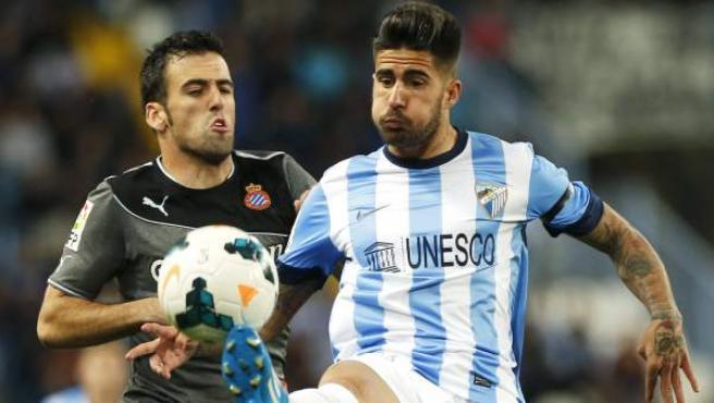 Samu y Fuentes pelean por un balón en el Málaga - Espanyol.