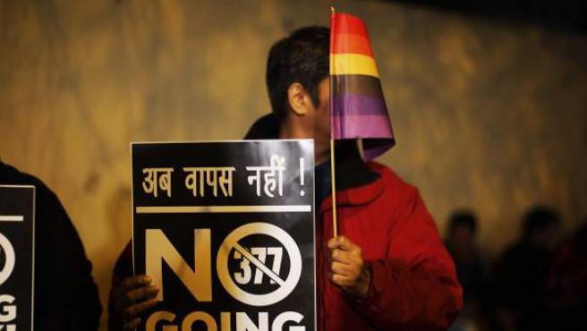 Un activista por los derechos de los gays en India protesta por la decisión de prohibir la homosexualidad.
