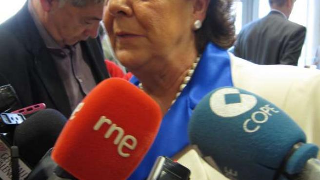 La alcaldesa de Valencia, Rita Barberá, atiende a los periodistas tras el acto.