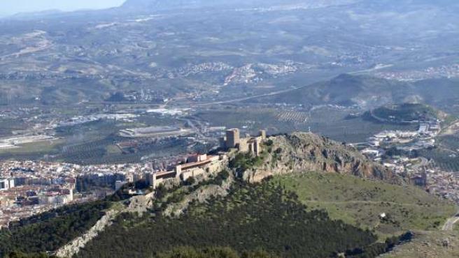 Vista del Castillo de Santa Catalina (d), junto al Parador, desde La Mella.