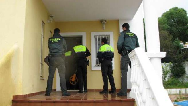 Agentes de la Guardia Civil en una vivienda de Ayamonte.
