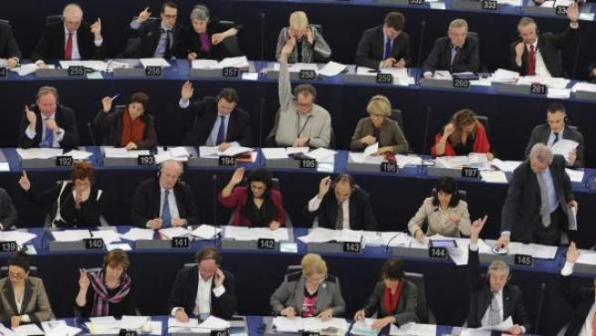 Eurodiputados votan durante la sesión plenaria en el Parlamento Europeo, en Estrasburgo (Francia).
