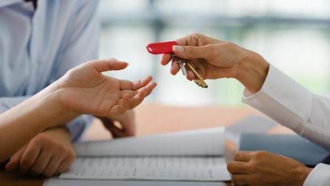 Entrega de llaves de una vivienda.