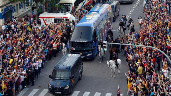 Llegada del autobús del FC Barcelona al estadio de Mestalla, en Valencia, para disputar esta noche la final de la Copa del Rey de fútbol frente al Real Madrid.