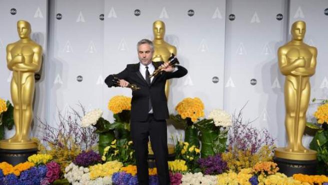El director mexicano Alfonso Cuarón posa con los dos Oscar que ha ganado por 'Gravity' (mejor dirección y mejor montaje).