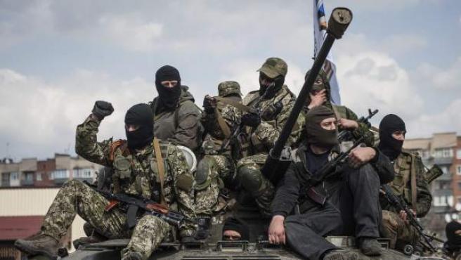 Prorrusos armados y vestidos con trajes militares posan en lo alto de un tanque en Sláviansk, en la región de Donetsk (Ucrania).