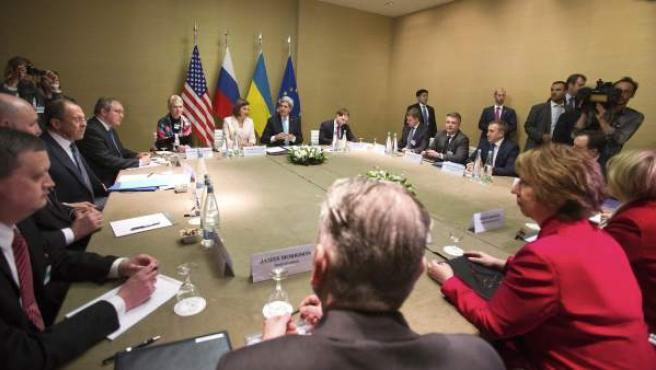 Representantes de EE UU y Rusia negocian un documento sobre la salida de la crisis de Ucrania.