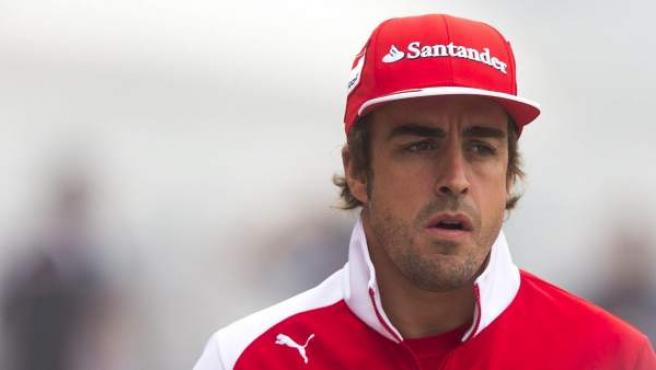 El piloto de Fórmula Uno español Fernando Alonso, de la escudería Ferrari, a su llegada al circuito internacional de Shanghái.