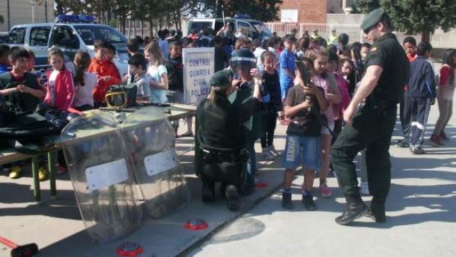 Un momento de la exhibición de la Guardia Civil en el CP Otero de Navascués de Cintruénigo (Navarra).