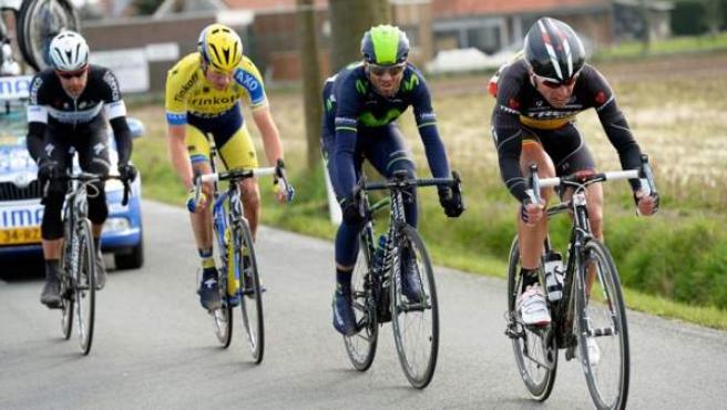 El murciano Alejandro Valverde (segundo por la derecha) protagoniza un movimiento ofensivo durante la A través de Flandes 2014.