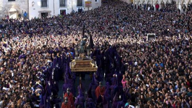 Más de 2.500 acreditadas oficialmente para formar parte de la 'turba' en la procesión más popular de la Semana Santa de Cuenca, la de Camino del Calvario o Las Turbas, que ha salido por fin tras los dos últimos años en que se lo han impedido las inclemencias meteorológicas.
