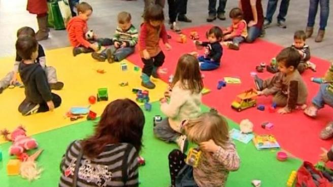 Niños con juguetes en La Casa Encendida