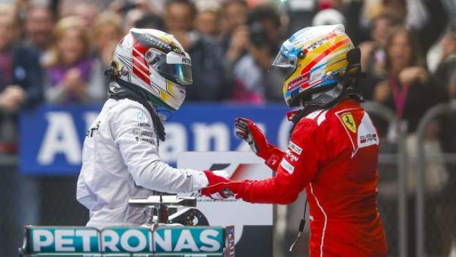 Lewis Hamilton saluda a Fernando Alonso al acabar el GP de China de Fórmula 1.