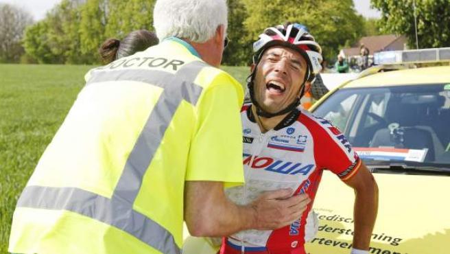 El ciclista catalán Joaquim Purito Rodríguez se queja mientars es atendido por un médico de carrera después de sufrir una caída durante la Amstel Gold Race 2014.