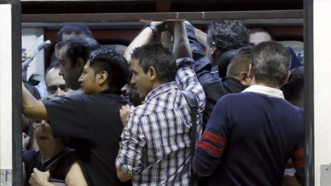 Vagón de metro de Madrid lleno, en una imagen de archivo.