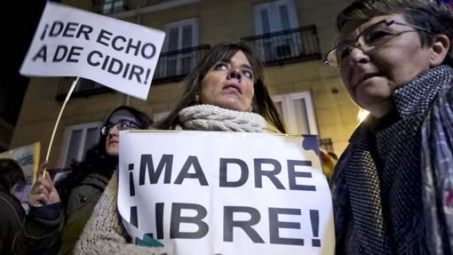 Varias de las participantes en una concentración frente al Ministerio de Justicia, en Madrid, contra el anteproyecto de reforma de la ley del aborto aprobado por el Gobierno.