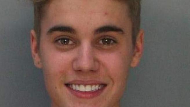 Fotografía cedida por la correccional del condado Dade que muestra al ídolo juvenil del pop Justin Bieber, de 19 años, quien fue arrestado en Miami (EE UU) por conducir presuntamente bajo la influencia de sustancias y a toda velocidad su vehículo en una carrera ilegal, informó la Policía.