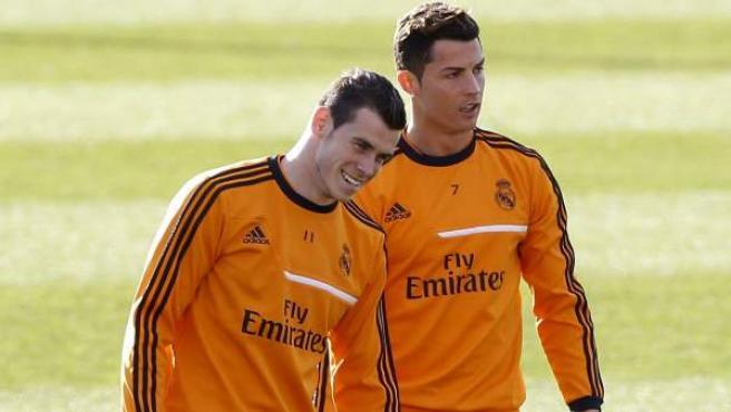 El jugador galés del Rel Madrid, Gareth Bale, junto a su compañero, el portugués Cristiano Ronaldo, en un entrenamiento del equipo blanco.