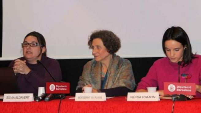 La coordinadora de la Plataforma unitària contra la violència de gènere, Montserrat Vilà (c), durant una conferència de la Diputació de Barcelona.