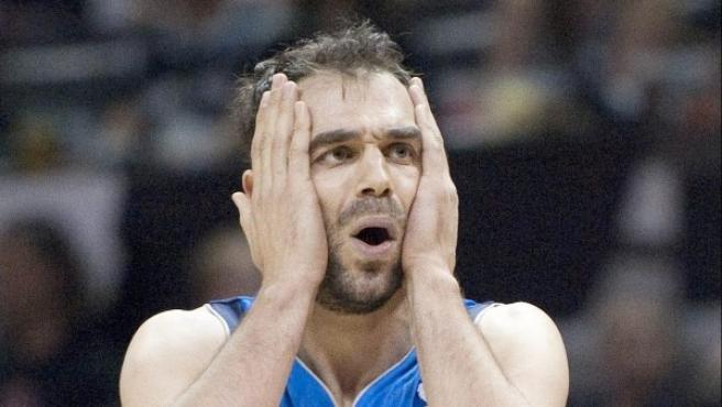 Calderón se lamenta tras perder con los Mavericks de Dallas ante los Spurs de San Antonio.