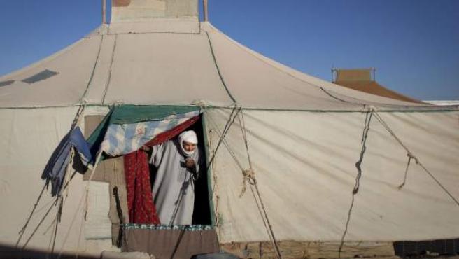 Un hombre saharaui, en la puerta de su casa en la aldea de Tifariti, en el Sáhara Occidental.