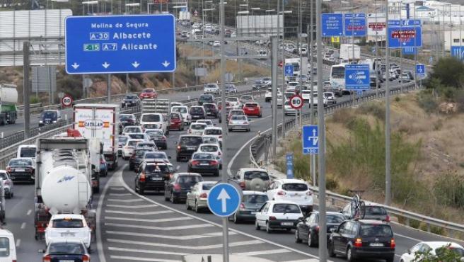 Retenciones de tráfico en el enlace de la A-30 y la AP-7 a la altura de Espinardo (Murcia), durante la operación retorno de Semana Santa.