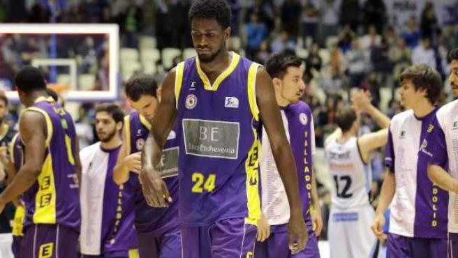 El ala-pívot jamaicano del CB Valladolid Omari Johnson (c) se retira al vestuario junto a sus compañeros tras perder por un punto, 84-83, ante el Río Natura Monbus.