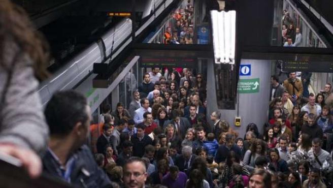 Metro de Sevilla en hora punta en la Semana Santa de 2014