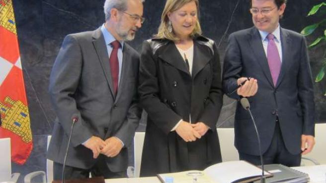 Pilar del Olmo junto al rector de la USAL (ziq) y el alcalde de Salamanca