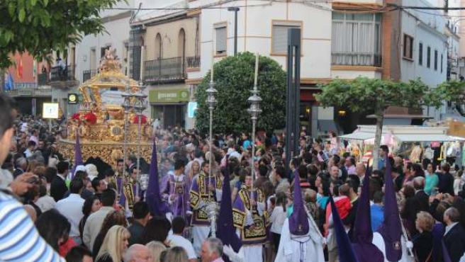 Imagen del Santo Entierro de Alcalá de Guadaíra con elevado número de público.