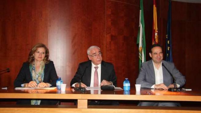 El consejero andaluz de Educación, Luciano Alonso, en el centro