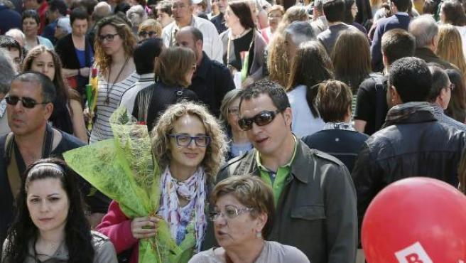 Vista de la Rambla de las Flores de Barcelona durante la Diada de Sant Jordi, que un año más vuelve a llenar las calles y plazas de Cataluña de tenderetes y puntos de venta de libros y rosas que atraen a millones de ciudadanos que participan en una fiesta cultural y social.