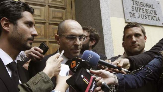 El magistrado Elpidio José Silva atiende a los medios acompañado por su abogado, Cándido Conde-Pumpido Varela.