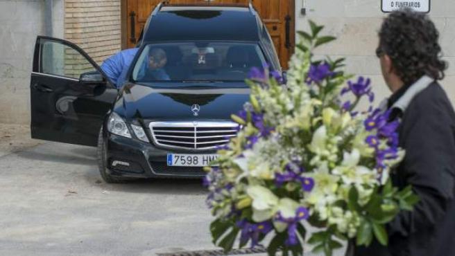 Coche fúnebre con los restos mortales del menor de 15 años desaparecido hace cuatro días en la Sierra de Cazorla (Jaén), antes de ser trasladado a Montilla (Córdoba), donde lo espera la familia.