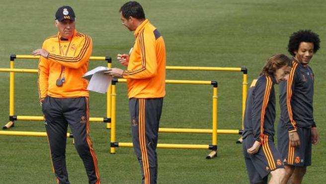 Los jugadores del Real Madrid, Luka Modric (2d) y Marcelo (d), y el entrenador Carlo Ancelotti, durante el entrenamiento realizado el martes 22 de abril de 2014 en la Ciudad Deportiva.