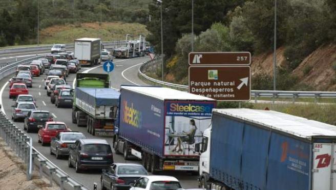 Tráfico colapsado en la A-4, en el paso de Despeñaperros (Jaén) en sentido Madrid.