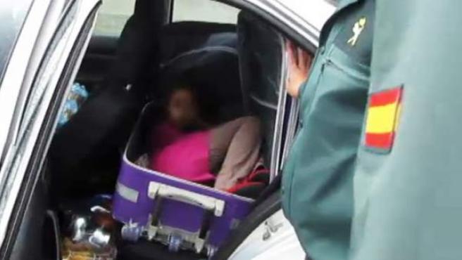 La pequeña, de ocho años, viajaba escondida en el interior de una maleta.