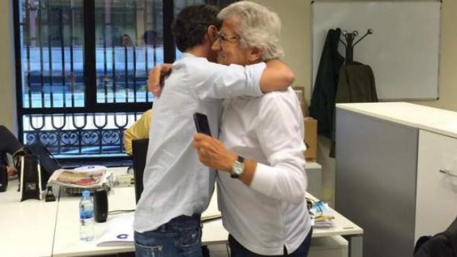 Paco González y Pepe Domingo Castaño se abrazan tras conocer el resultado del EGM.