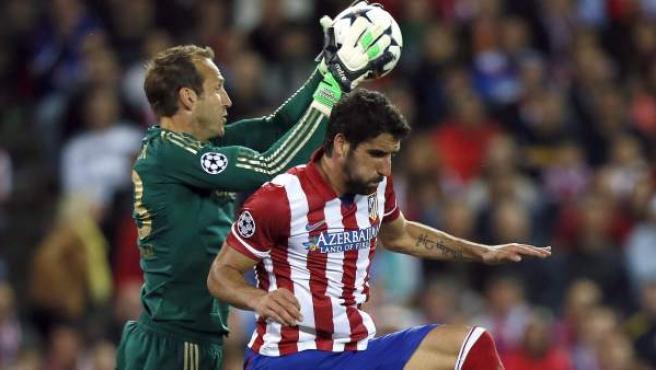 Mark Schwarzer atrapa el balón ante Raúl García en el Atlético - Chelsea.
