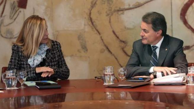 El presidente de la Generalitat, Artur Mas, conversa con la vicepresidenta, Joana Ortega, durante una reunión del Govern.
