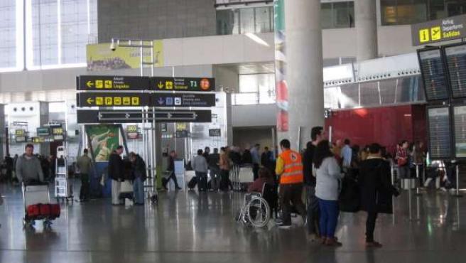 Aeropuerto de málaga costa del sol viajeros pasajeros maletas turistas turismo