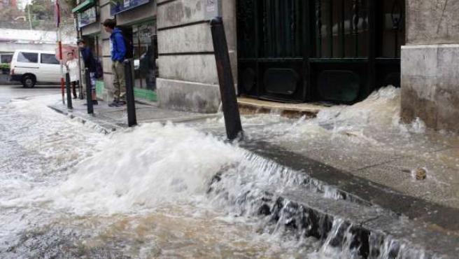 Rotura de una tubería en la calle Bonifaz de Santander