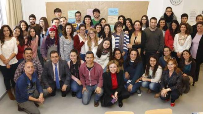 El rector de la UPO, Vicente Guzmán, con alumnos voluntarios